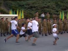 """המשפחה שפרצה בריצה לרחבת המסדרים (צילום: מתוך """"חדשות הבוקר"""" עם ניב רסקין, קשת 12)"""
