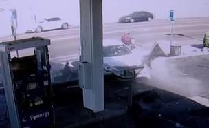 הרכב שאיבד שליטה ופספס שני אנשים בסנטימטרים (צילום: חדשות)