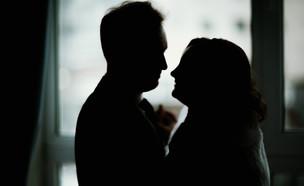זוג בחושך (צילום: shutterstock | Anastasia Grig)