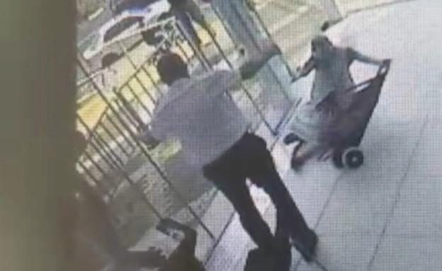 קשישה שנהדפה על ידי דלת חשמלית בקניון (צילום: מצלמות אבטחה)