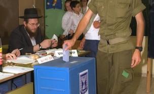 """חייל מצביע בבחירות בקלפי (צילום: לעמ, לע""""מ)"""