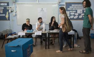 מצביעים מחכים בתור בקלפי להצביע (צילום: דניאלה שטרית, פלאש 90)