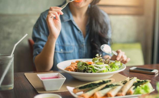 אישה אוכלת בריא (צילום: bluedog studio, shutterstock)