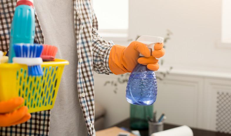 איש עם חומרי ניקוי (צילום: Prostock-studio, Shutterstock)