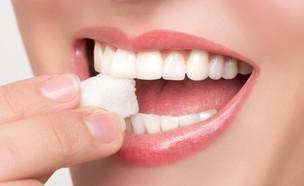 אישה עם קוביית סוכר בפה (אילוסטרציה: Quinn Martin, shutterstock)