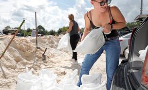 תושבים נערכים להוריקן דוריאן בפלורידה (צילום: שי פרנקו,רויטרס)