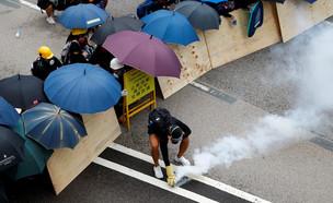 המשטרה יורה גז מדמיע לעבר המפגינים (צילום: רויטרס)