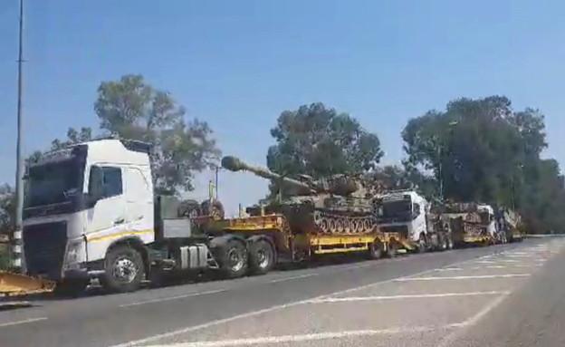 תנועת תותחים ישראלים לכיוון גבול לבנון (צילום: שלומי אפריאט)