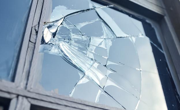 חלון שבור אילוסטרציה (צילום: shutterstock, Nadezda Barkova)