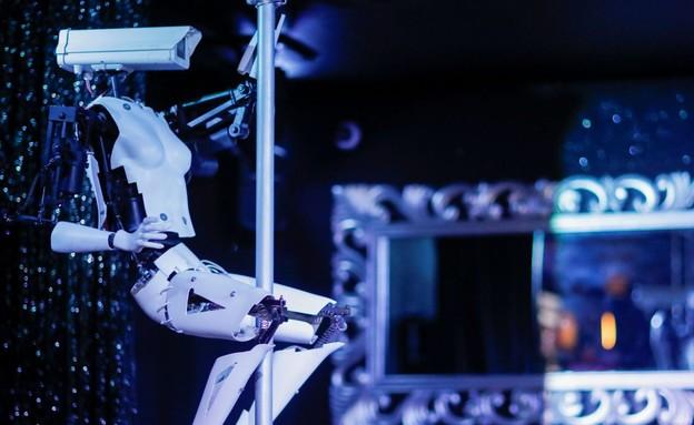 רובוטים חשפנים במועדון בצרפת (צילום: skynews)