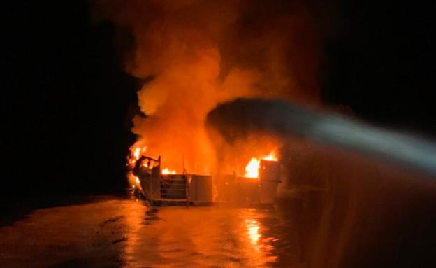 אש שפרצה בספינה סמוך לחופי סנטה קרוז, קליפורניה (צילום: CNN)