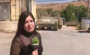 כתבת מסיירת בבבסיס צבאי נטוש (צילום: RT Arabic)