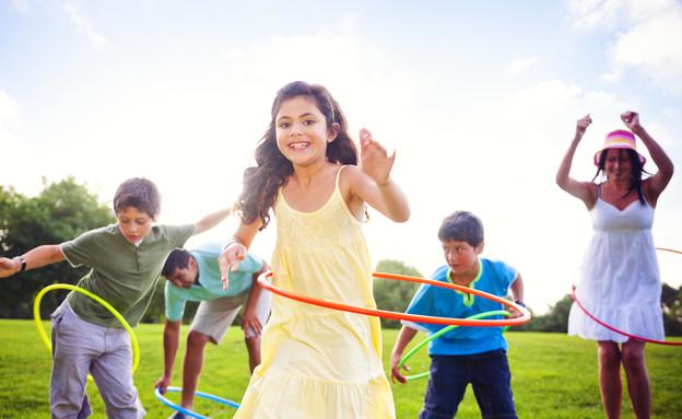 ילדים משחקים בחישוקים (צילום: Rawpixel.com, ShutterStock)