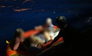 כוחות השיטור הימי שהבחינו בתיירים חילצו אותם (צילום: דוברות המשטרה)