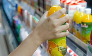 קניות בקבוק מיץ סופרמרקט (צילום: kungfoofoto)
