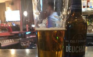 הבירה היקרה של עיתונאי אוסטרלי בבריטניה (צילום: Peter Lalor, טוויטר)