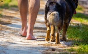 גבר שרץ ערום עם כלבו (צילום: 123RF)