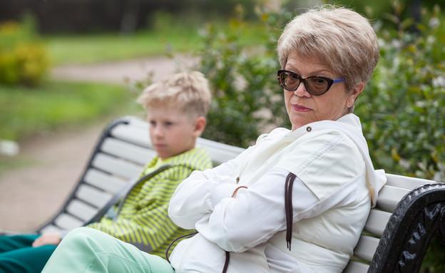 סבתא כועסת יושבת ליד נכדה (אילוסטרציה: Kekyalyaynen, shutterstock)