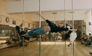 """אחרי הגלגיליות: רותם סלע רוקדת על עמוד (צילום: מתוך """"ערב טוב עם גיא פינס"""", קשת 12)"""