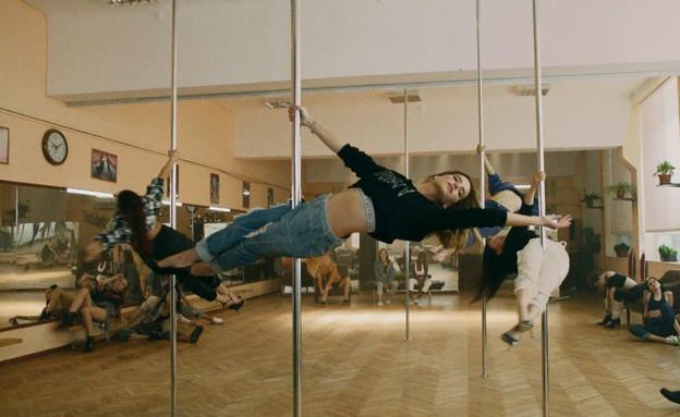 אחרי הגלגיליות: רותם סלע רוקדת על עמוד (צילום: מתוך