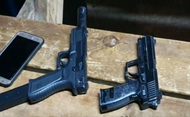 האקדחים שנמצאו בזירה 