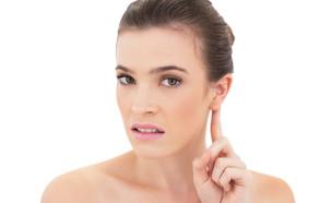 אישה נוגעת באוזן (צילום:  lightwavemedia, shutterstock)