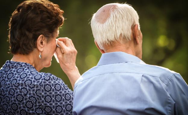 קשישים בוכים (צילום: shutterstock | Benjamin Clapp)