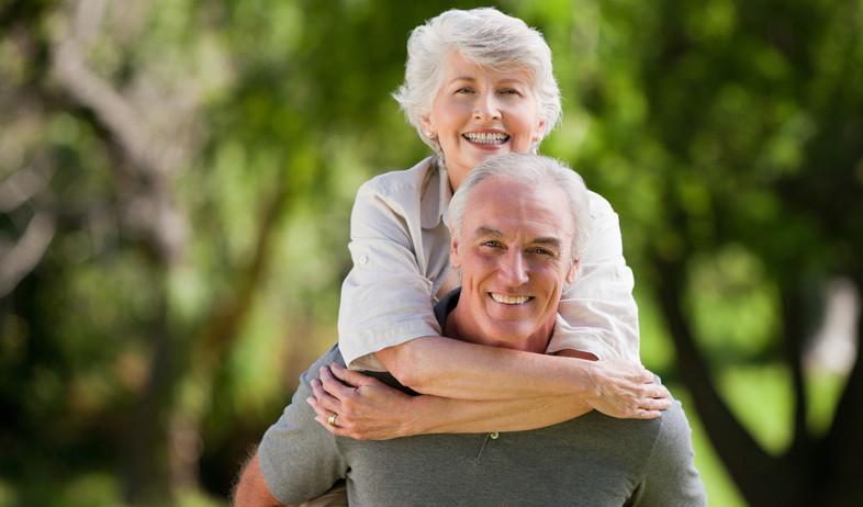 זוג מבוגרים שמחים (צילום:  wavebreakmedia, shutterstock)