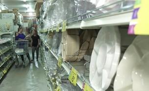 כלים חד פעמיים בחנות (צילום: חדשות)