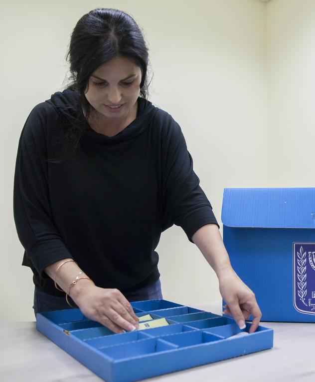 סדרנית מארגנת קלפי להצבעה
