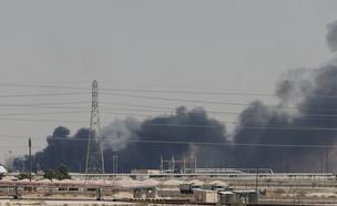 שריפה במפעלי נפט בערב הסעודית (צילום: שי פרנקו,רויטרס)