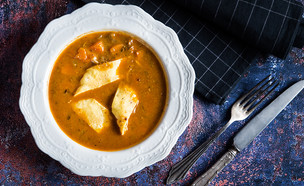 מרק בשר עם כיסוני בצק במילוי קרם חומוס (צילום: יעל יצחקי, מאסטר שף)