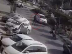 תיעוד: שוטר ירה על אופנוען באמצע הרחוב