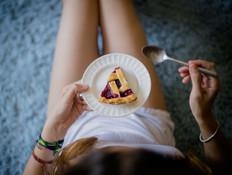 אישה אוכלת עוגה (צילום:  none)