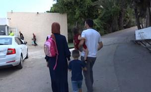 מוחמד וחדאנv עם משפחתוח בדרך לקלפי (צילום: החדשות 12)