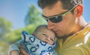 אבא מחזיק תינוק (אילוסטרציה: Alina P. Photography, shutterstock)