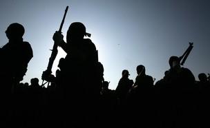 טרוריסטים חמושים רעולי פנים (צילום: Abid Katib/Getty Images)