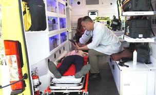 בדיקות אולטרה- סאונד בתוך האמבולנס (צילום: החדשות 12)