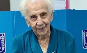 """ד""""ר ויולה איבי טורק, ניצולת שואה בת 103 שהצביעה הש"""