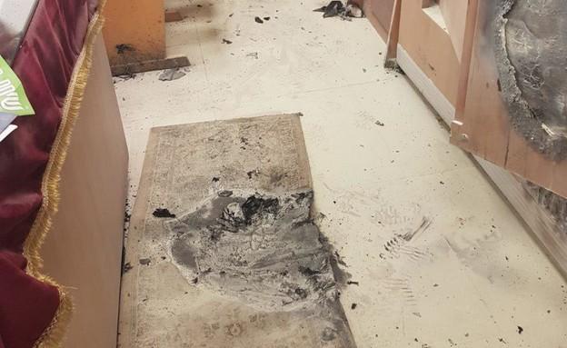 בית הכנסת שנשרף בפתח תקווה (צילום: דוברות המשטרה)
