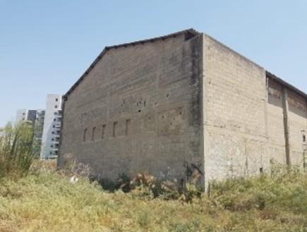 המבנה הנטוש בו עינו אדם בגלל חוב (צילום: דוברות המשטרה)
