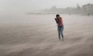 אישה מנסה לתפוס מחסה מהוריקן דוריאן בפלורידה (צילום: Scott Olson, Getty Images)