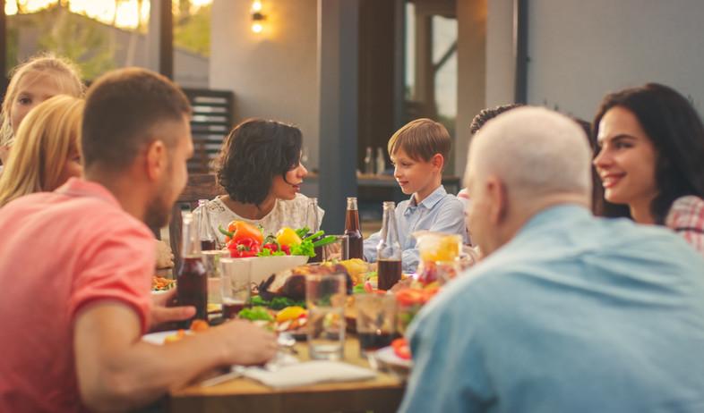 ארוחה משפחתית (אילוסטרציה:  Gorodenkoff, shutterstock)