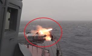 תיעוד השיגור מהספינה (צילום: Минобороны России@YouTube)