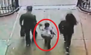אב קפץ עם בתו מול רכבת (צילום: יוטיוב\Eyewitness News ABC7NY)