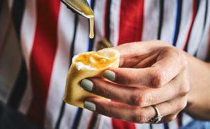 בלינצ'ס גבינות מתוק - זילוף הרוטב (צילום: אמיר מנחם, אוכל טוב)
