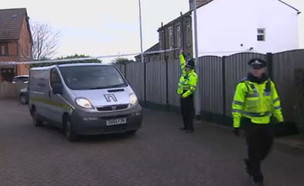 כוחות משטרה מחוץ לבית המשפחה בלידס (צילום: סקיי ניוז)