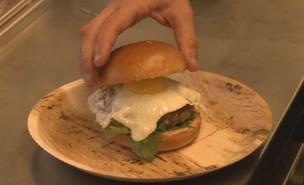 המבורגר תאילנדי של עומר מילר (צילום: ערב טוב עם גיא פינס)