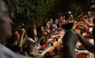 משפחה חוגגת את ערב ראש השנה (צילום: נתי שוחט, פלאש 90)