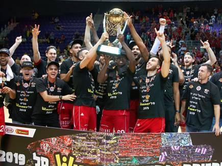 האדומים מניפים את גביע ווינר (אלן שיבר) (צילום: ספורט 5)